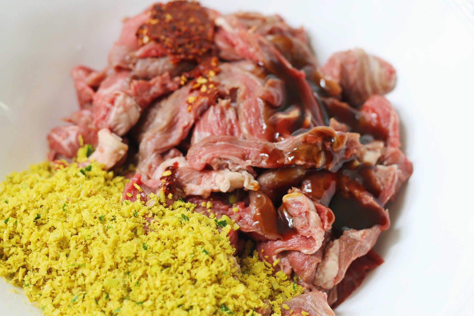 Mix your sliced beef with lemongrass paste, oyster sauce, and minced chili.
